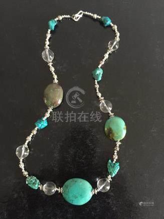 Collier recomposé selon la tradition de perles de turquoise, cristal de roche e