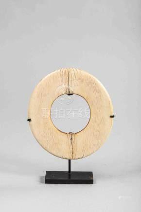 Bracelet circulaire et plat. Ivoire. Ancien. Diam 14cm.