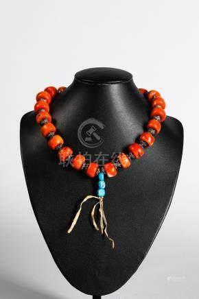 Collier de perles de corail, métal argenté et petites turquoises. Tibet.