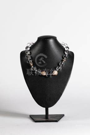 Collier de perles de cristal de roche et perles de métal argenté. Chine.