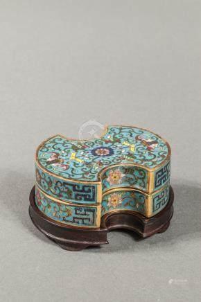 Boite couverte en forme de monnaie en émaux polychromes cloisonnés à décor de s
