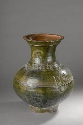 Vase de forme Hu rappelant la vaisselle rituelle de bronze en terre cuite moulé