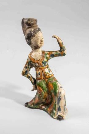 Danseuse figurée en action légèrement fléchi le buste en arrière, vêtue d'une l