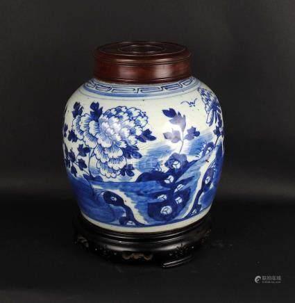 Pot couvert en porcelaine blanche à décor bleu de paysage montagneux et ruissea
