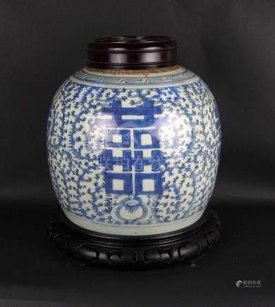 Pot couvert en porcelaine blanche à décor de signes du bonheur dans des rinceau
