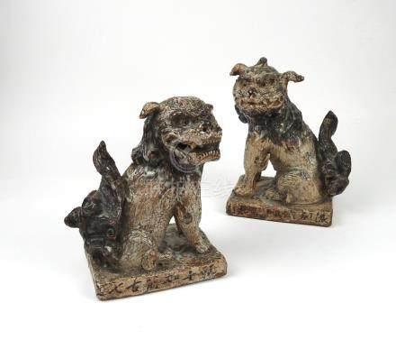 Paire de chiens de Fô Grès glaçuré avec des coulures. Petits manques. Chine ou
