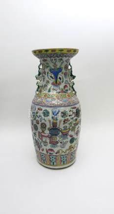 Grand vase balustre en porcelaine à décor polychrome d'objets de Lettré.Fin XIX