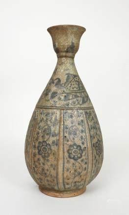 Grande bouteille de forme.Piriforme. Porcelaine blanc bleue craquelée. Ca XVII