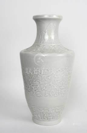 Vase blanc à décor floral.En relief. Troué pour une.Lampe. XXème.
