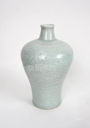Petit vase meiping à glaçure céladon et décor sous couverte de dragons et phéni