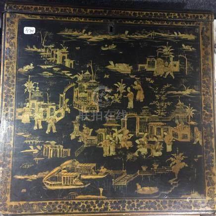 Ecritoire en laque doré à décor de scènes..Chine. XVIII°- XIX° siècle.H 35 cm (