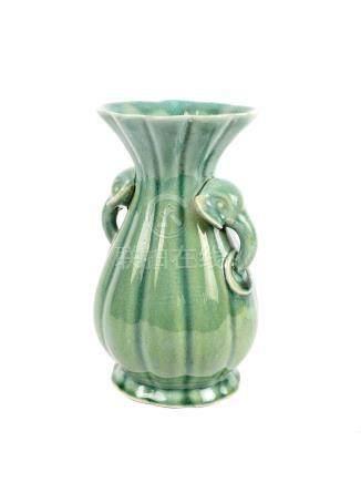 Vase en céramique à glaçure verte à anse tête d'éléphant XIX° siècle H 20 cm
