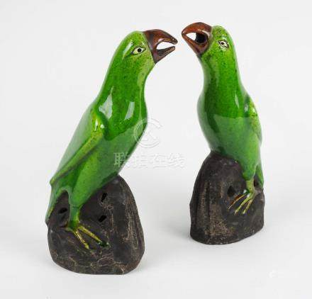 Paire de perroquets en porcelaine craquelée vert et brun  XIX° siècle H 20 cm