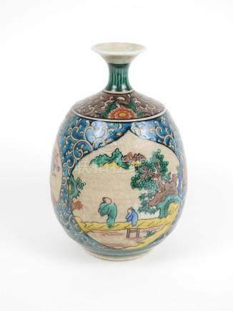 Vase en porcelaine de la famille verte à décor de paysages animés dans des enca