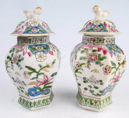Ein Paar kl. sechskantige Deckel-Balustervasen China, 19. Jh