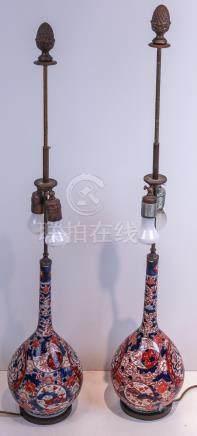Ein Paar leicht gebauchte Vasen als zweiflammige Tischlampe