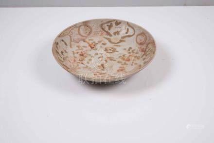 Assiette creuse à fond blanc Chine, Swatow Décor polychrome sur l'aile de cro