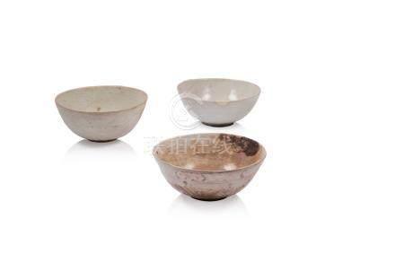 Ensemble de trois bols Chine, Swatow Porcelaine à fond blanc, décor effacé,