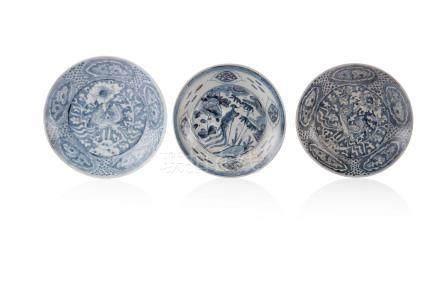 Ensemble de trois assiettes Chine, Swatow Porcelaine à fond blanc décorée en