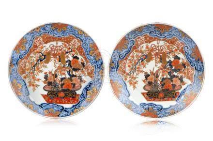 Paar grosse Imari-Platten. Wohl Arita, Japan. 19. Jh./ 20th