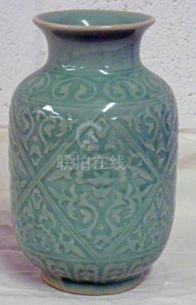 CHINESE CELADON VASE WITH SEAL MARK 18CM