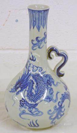 BLUE & WHITE CHINESE PORCELAIN JUG WITH DRAGON DECORATION 22 CMS
