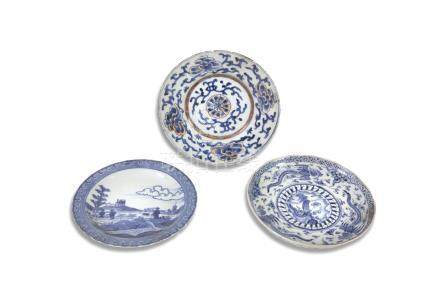 A CHINESE 'DESHIMA ISLAND' BLUE AND WHITE EXPORT DISH, decorated with figures in an open