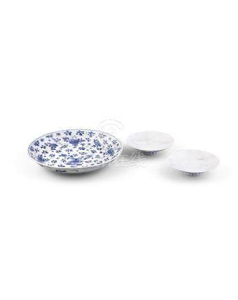 A CHINESE BLUE AND WHITE DISH, Qing Dynasty, of shallow circular form, with everted rim, decorated