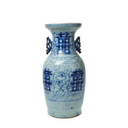 Jarrón en porcelana china azul y blanca con decoración vegetal, segundo cuarto del s.XX. Alt.: 43,