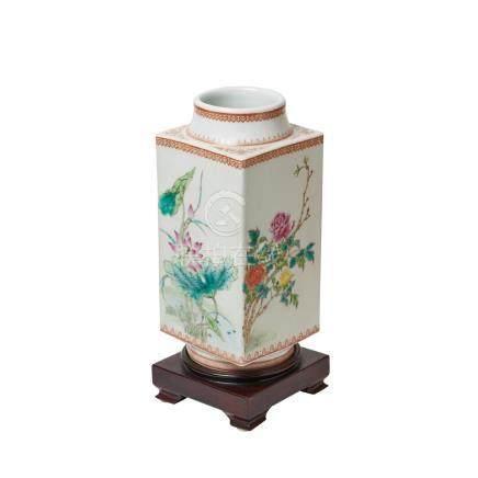 Jarrón en porcelana china estilo Qianlong con decoración floral sobre peana en madera, segudo cuarto