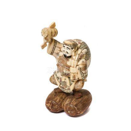 Campesino. Figura china en hueso tallado y policromado, mediados del s.XX. Alt.: 32,5 cm.