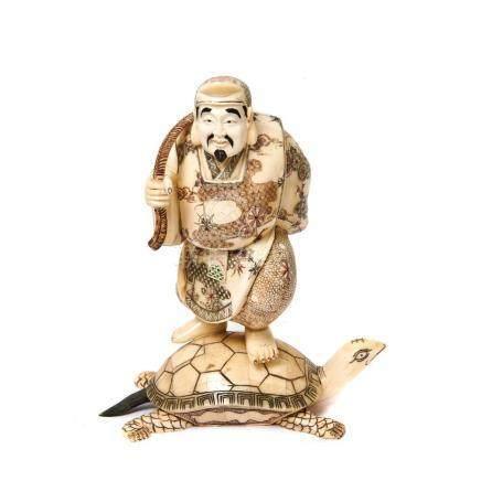 Pescador sobre tortuga. Figura china en hueso tallado y policromado, mediados del s.XX. Alt.: 27