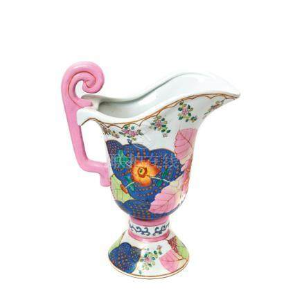 Jarra en porcelana china con decoración floral, segundo cuarto del s.XX. Marcas en la base. Alt.: 37