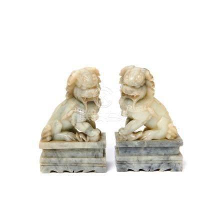 Leones Foo. Pareja de figuras chinas en alabastro tallado, segunda mitad del s.XX. Alt.: 18 cm. c/