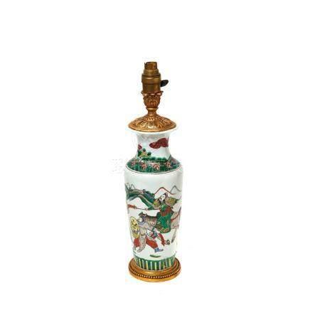 Jarrón adaptado a lámpara de sobremesa en porcelana china con decoración de guerreros, madera