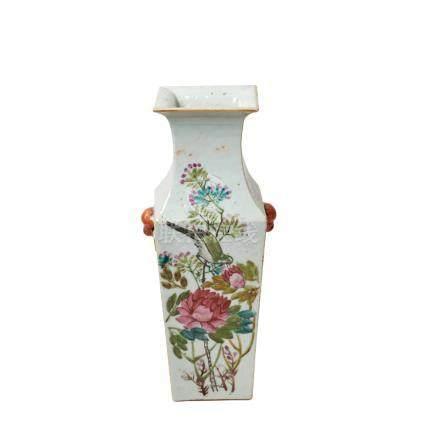 Jarrón en porcelana china con decoración floral, aves y leyendas, c.1920. Marcas en la base. Alt.: