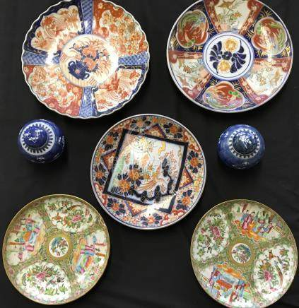Five oriental design plates with two blue and white ginger jars.
