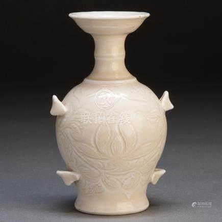 19th 白瓷刻花卉纹撇口瓶
