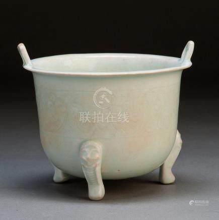 明 青瓷刻花纹三足炉