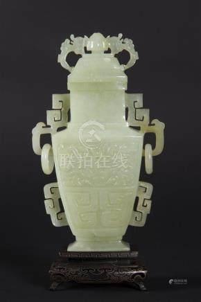 Pot couvert en jade avec son socleH: 22 cm