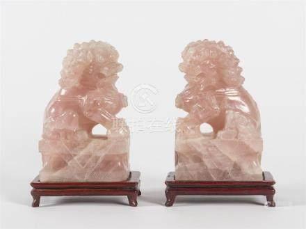 Paire de chiens de Fo en quartz roseH : 19 - L: 11, 5 P : 7 cm(éclats)