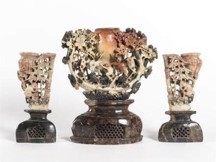 Paire de vases brule parfum en stéatite à décor de singes et un vaseH : 25, 5 e
