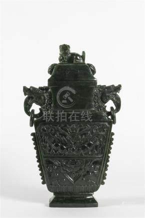 Chine, vase couvert de forme archaïque en jade néphrite à deux anses ornées d'a