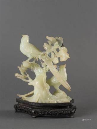 CHINE Sujet en jade clair sculpté deux oiseaux et un insecte sur un tertreH : 1