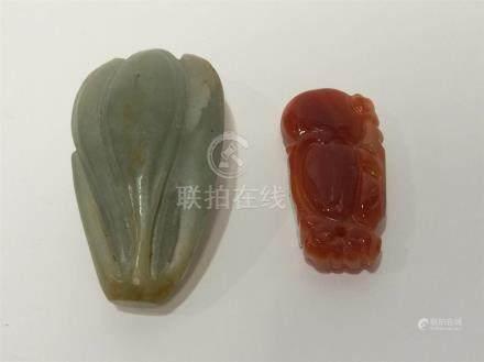 CHINE Petit jade celadon ciselé en forme de fleur et pendentif en agathe
