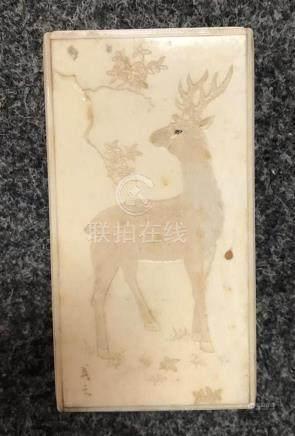 JAPON Boite rectangulaire  en ivoire, couvercle gravé en relief d'un cerf et de