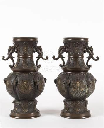 Indochine, paire de vases en bronze ciselé, prises en forme de tête d'éléphant1