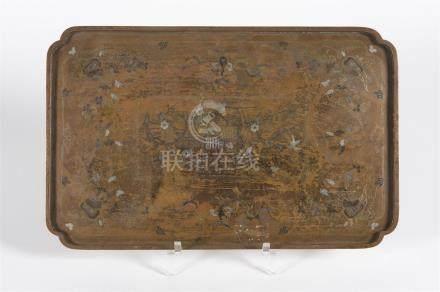 Plateau en bronze à décor de fleurs et papillons avec un ideograme central36 x