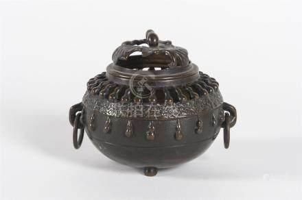 Chine, Brule parfum en bronze à décor de feuillage et godronsH: 12 cm