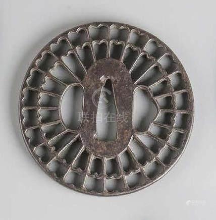 TSUBA MARUGATA en fer à décor en sukashi d'une roue.